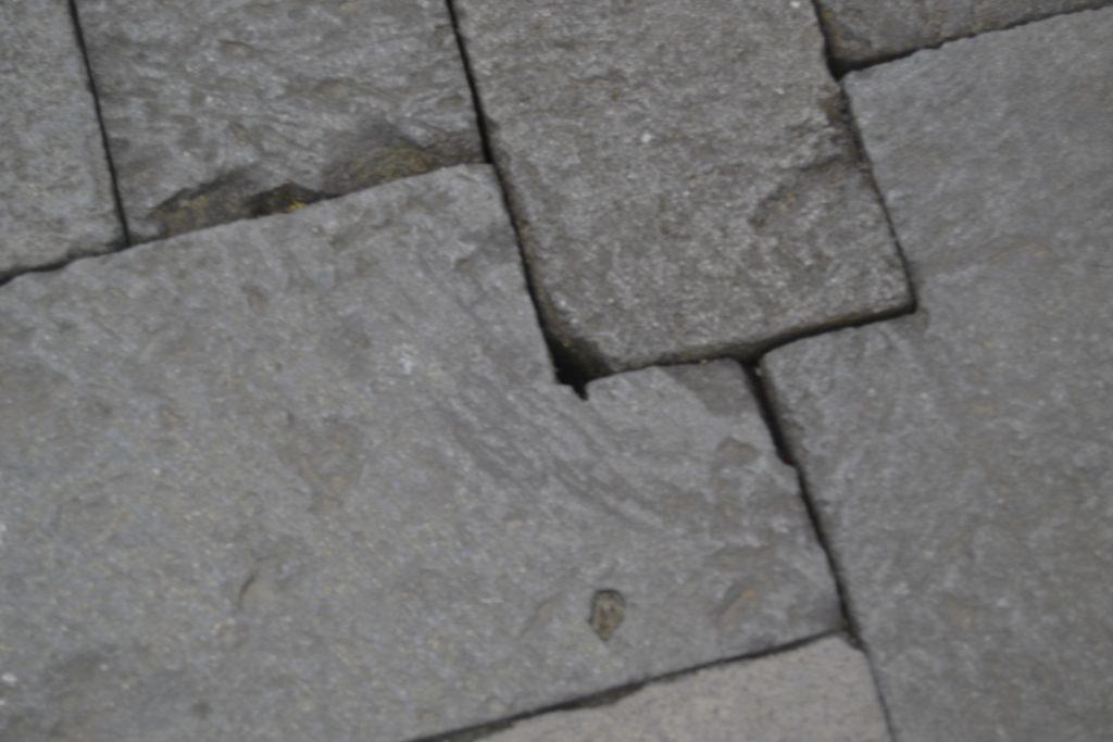 Terdapat celah-celah kecil disetiap pemasangan batu.